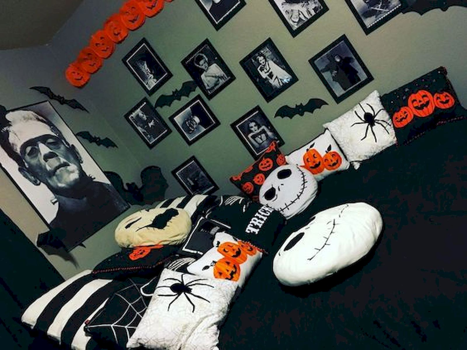 34 Gorgeous Halloween Bedroom Decor Ideas (26)